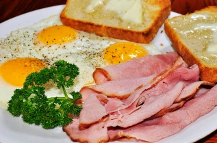 Ham_and_eggs_over_easy